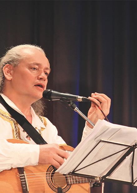 Певец-сказитель Олег Атаманов. Держите в гармонии струны